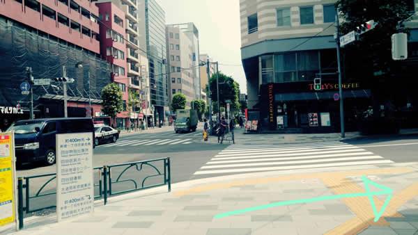 新宿御苑前駅1番出口から出て右手の信号を渡らずに手前を右に曲がってまっすぐ進みます。