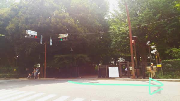 まっすぐ進むと新宿御苑に面します。そこから右に曲がりまっすぐ歩いて1~2分で着きます。
